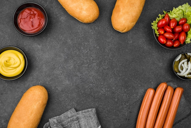 Okrągła ramka z widokiem z góry na składniki do hot dogów