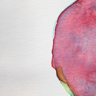 Okrągła ręcznie malowana plama na białej powierzchni