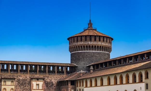 Okrągła wieża strażnicza zamku sforza w mediolanie we włoszech