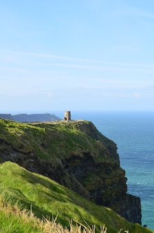 Okrągła wieża widokowa wznosi się na klifie moher w irlandii.