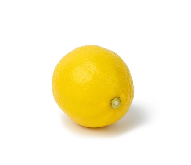 Okrągła żółta cytryna na białym tle
