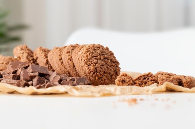 Okrągłe ciasteczka pszenne z kakao i czekoladą
