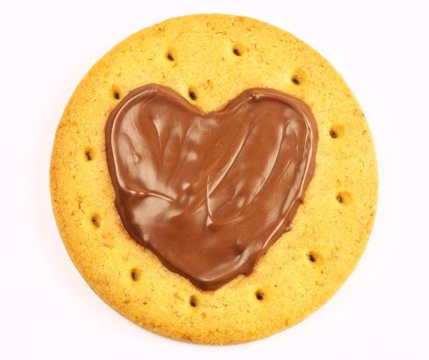 Okrągłe ciasteczka z czekoladowym sercem na białym tle