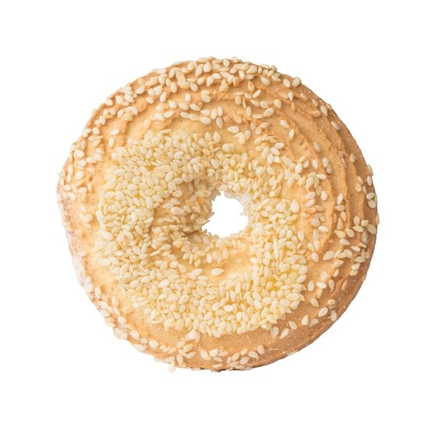 Okrągłe ciasteczka z sezamem na białym tle. pyszny pieczony deser.