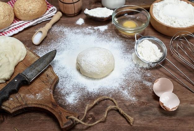 Okrągłe ciasto z mąki pszennej białej i składniki