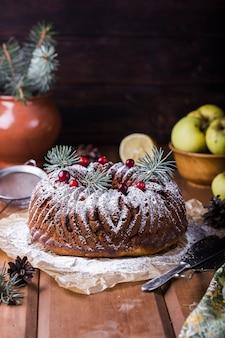 Okrągłe ciasto z serem, jabłkami i rodzynkami