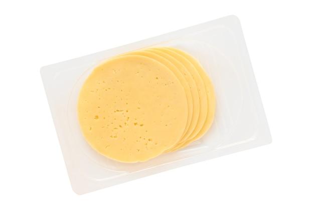 Okrągłe cięcie sera w plastikowym opakowaniu, widok z góry, zbliżenie