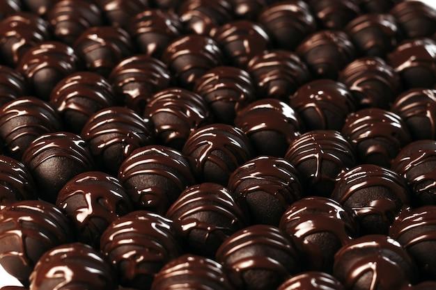 Okrągłe czekoladki cukierki ciemne tło luksusowy deser ciemna czekolada ręcznie robione