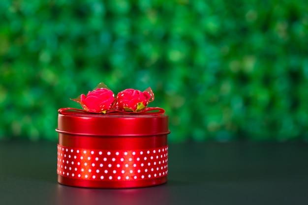 Okrągłe czerwone pudełko z kokardką