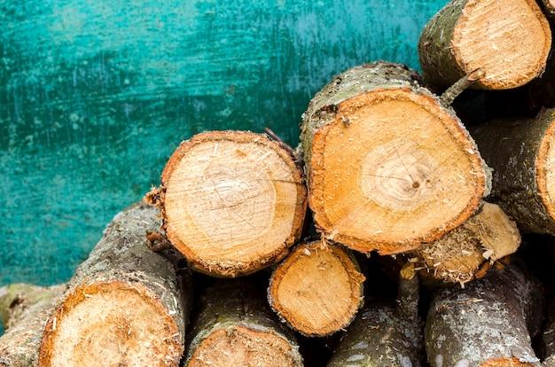 Okrągłe drewno opałowe do ogrzewania wiejskiego domu na zielonym tle