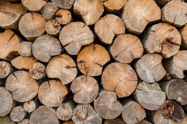 Okrągłe drewno opałowe ułożone na stosie drewna. tło i tekstura.