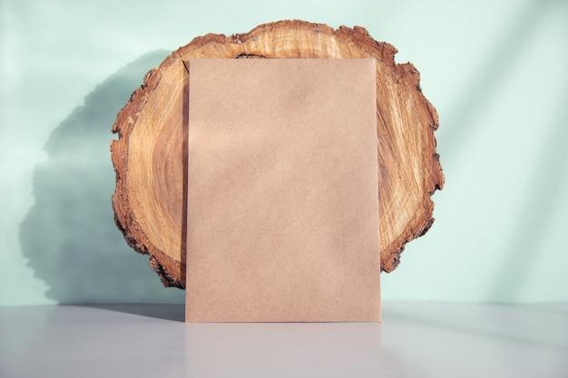 Okrągłe drewno z rocznika karty na stole
