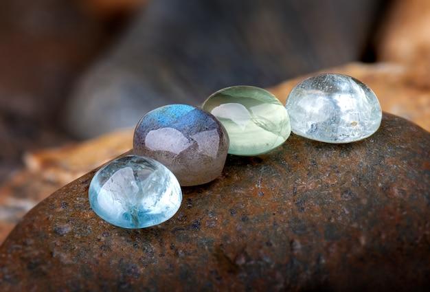 Okrągłe kamienie kwarcowe i szmaragdowe minerały.