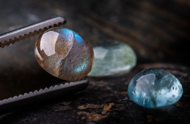 Okrągłe kamienie mineralne labradoryt.