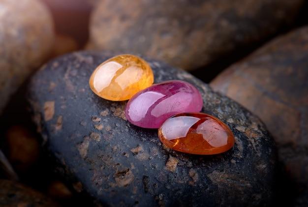 Okrągłe kamienie mineralne.
