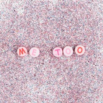 Okrągłe koraliki me too napis typografia na pastelowym brokacie