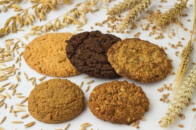 Okrągłe kwadratowe ciasteczka, kłosy pszenicy i owsa