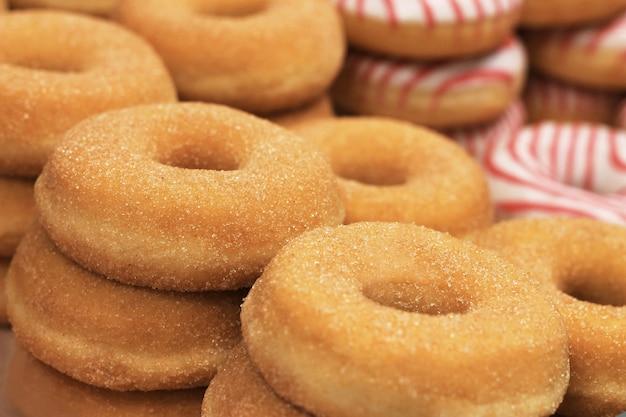 Okrągłe pączki cukrowe, gotowane domowe, słodki deser z cukrem. pączki, copyspace,.