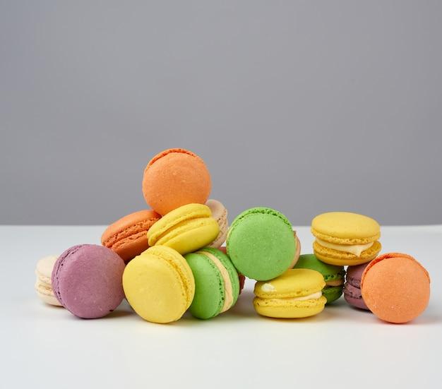 Okrągłe pieczone wielobarwne ciasta migdałowe makarony