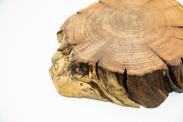 Okrągłe płaskie drewno wycięte z rocznymi pierścieniami, pęknięciami, korą i fakturą. przekrój pnia gaju dębowego pokazujący pojedyncze pierścienie wzrostu