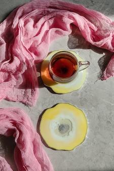 Okrągłe płytki w kolorze różowej żywicy epoksydowej