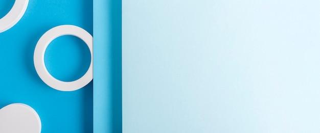Okrągłe podium na jasnoniebieskim tle projektu złożonego materiału papierowego. widok z góry, układ płaski. transparent.