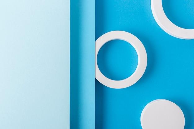 Okrągłe podium na jasnoniebieskim tle projektu złożonego materiału papierowego. widok z góry, układ płaski.