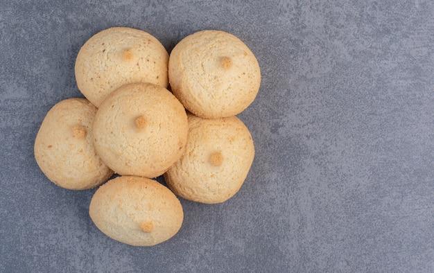 Okrągłe pyszne ciasteczka na marmurowym stole.