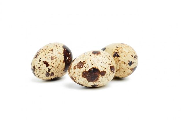 Okrągłe surowe jaja przepiórcze na białym tle