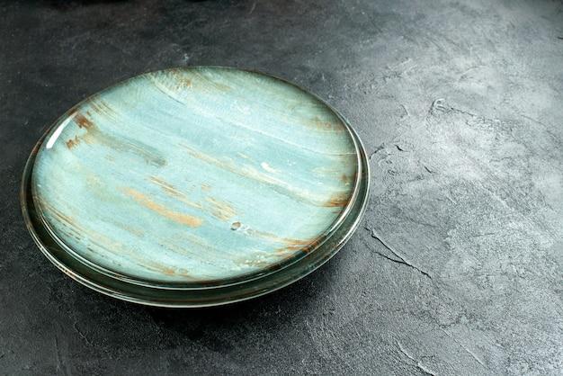 Okrągłe talerze z widokiem z dołu na czarnym stoliku wolną przestrzeń