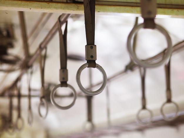 Okrągłe uchwyty dla stojącego pasażera w starym pociągu klasy ekonomicznej