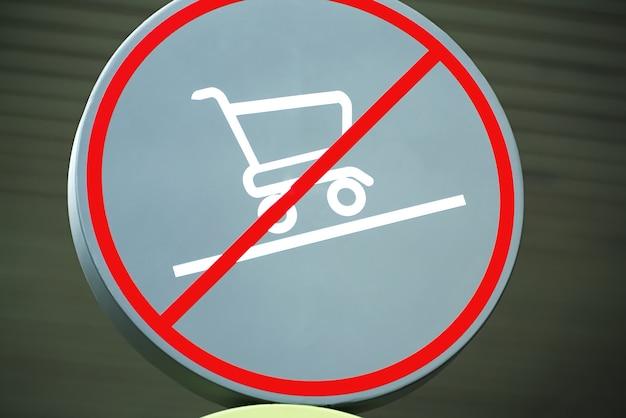 Okrągłe znak ostrzegawczy zakupy niedozwolone na pochylonej podłodze