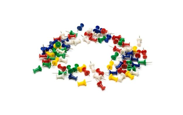Okrągłe zorganizowane szpilki papierowe na odosobnionym białym tle