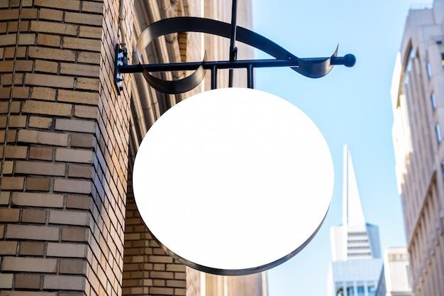 Okrągły biały znak firmy koncepcja w nowoczesnym mieście
