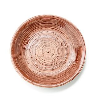 Okrągły brązowy talerz do dań głównych na białym tle