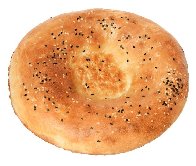 Okrągły chleb, pita gruzińska na białym tle