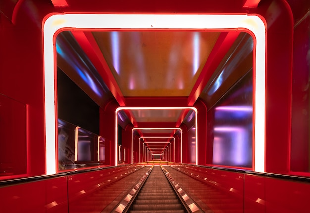 Okrągły korytarz schodowy z czerwonym światłem