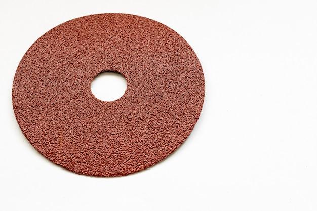 Okrągły papier ścierny o białej powierzchni