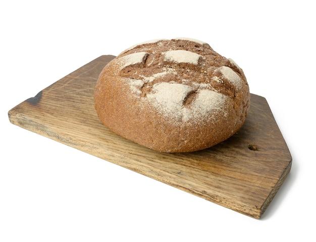 Okrągły pieczony chleb z mąki żytniej na białym tle na białej powierzchni