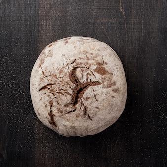 Okrągły pieczony chleb z widokiem z góry mąki
