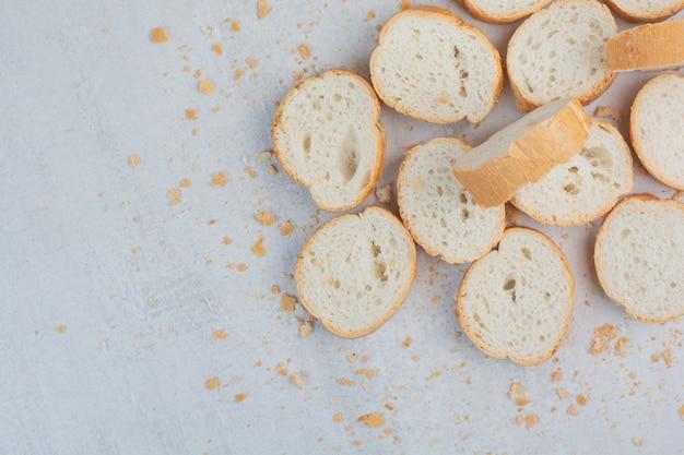 Okrągły świeży biały chleb na tle marmuru.