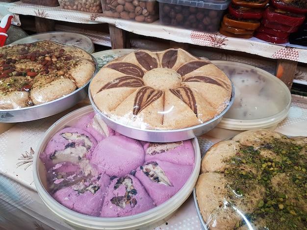 Okrągły talerz ze słodką chałwą na ladzie orientalnego bazaru.
