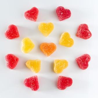 Okrągły układ słodkiej, czerwonej galaretki owocowej w kształcie serca. symbol dnia zakochanych. miejsce na twój tekst.