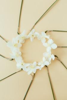 Okrągły wieniec ramki kopiowania przestrzeni makiety. kwiaty narcyzów