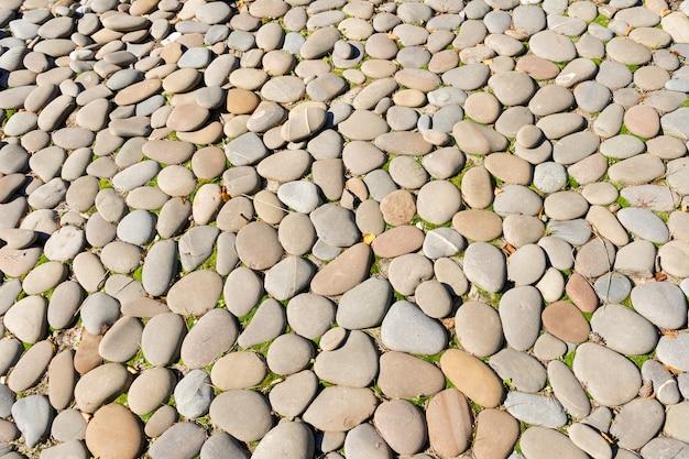 Okrągły wystrój ogrodu z kamienia płaskiego. szary kamień ułożony jest w stylu japońskiego ogrodu.