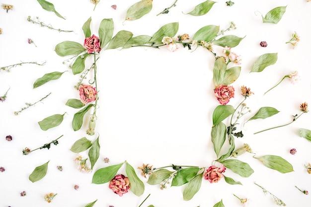 Okrągły wzór wieniec ramki z różami, różowymi pąkami kwiatowymi, gałęziami i liśćmi na białej powierzchni