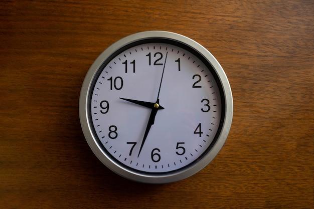 Okrągły zegar na drewnianej powierzchni