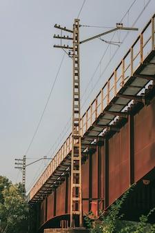 Oksydowany żelazny most kolejowy w gelida, barcelona, hiszpania