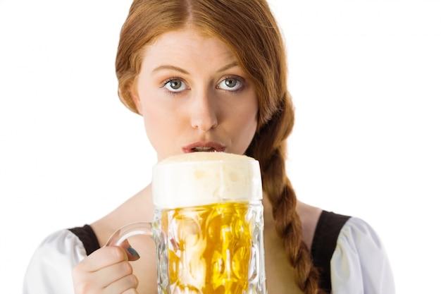 Oktoberfest dziewczyna pije dzbanek piwo
