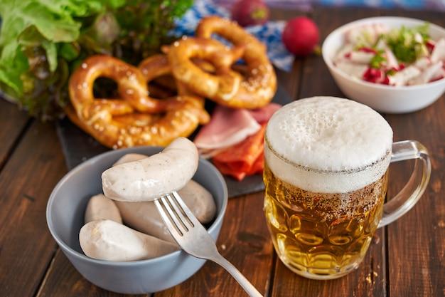 Oktoberfest jedzenie na drewnianym stole